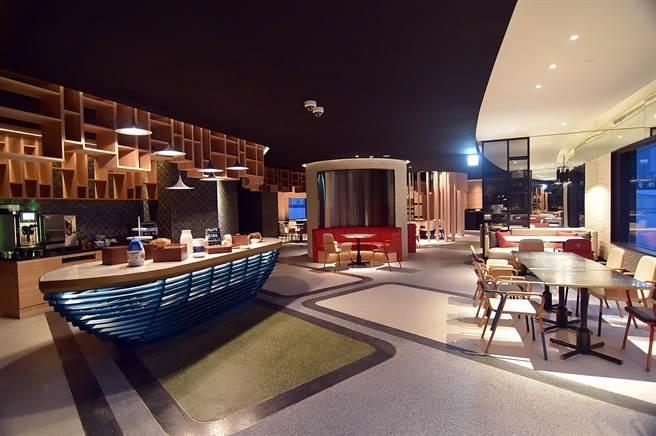 台北大直英迪格酒店〈T.R Bar & Kitchen〉全日餐廳,以漁燈和船板結構為空間計主要元素。(圖/姚舜)