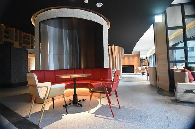 大直英迪格酒店的餐飲、社交聯誼、會議等空間都集中在4樓,裝潢時尚現代、並有一股度假氛圍。(圖/姚舜)