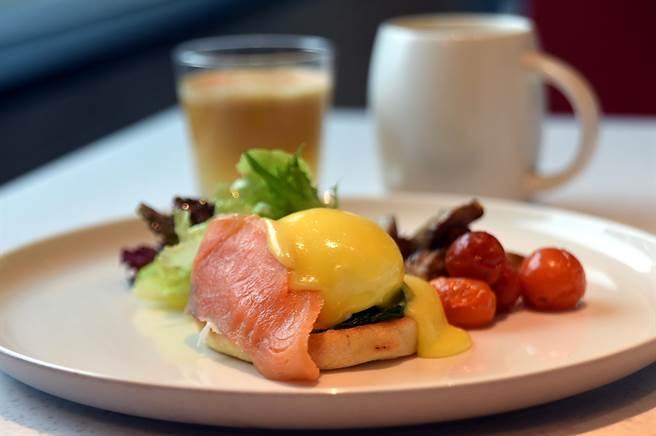 大直英迪格酒店早餐有中式與西式等多種選擇,圖為〈班尼迪克蛋〉。(圖/姚舜)