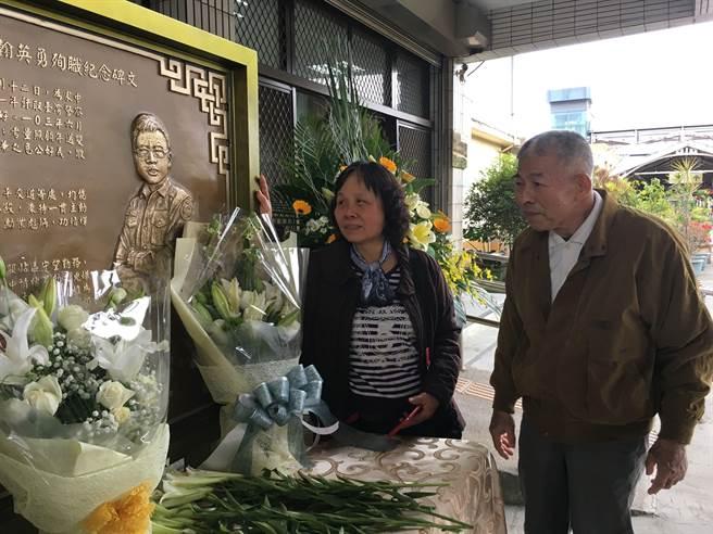 李爸爸及李媽媽看著兒子李承翰的雕像,依依不捨。(廖素慧攝)