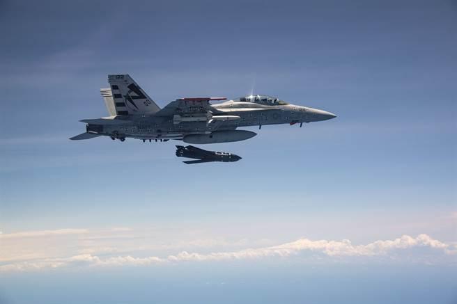 由F/A-18E發射的AGM-158C。(圖/美國海軍)