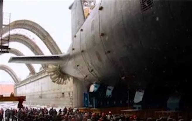 俄羅斯「貝爾哥羅德」潛艦4月24日舉行下水儀式的畫面。(俄羅斯真理報錄影截圖)