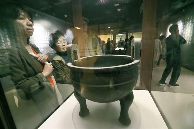 遊客在故宮博物院參觀鎮館之寶「毛公鼎」。(本報系資料照片)
