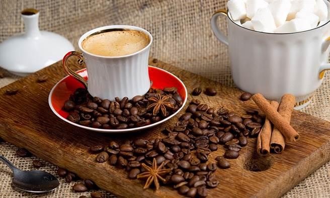 咖啡容易利尿,大量小便會將身體熱量帶走並脫水,反而有助於散熱。(圖片來源:pixabay)