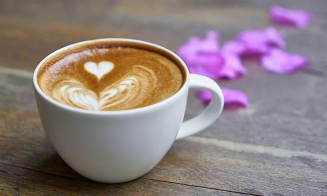 烘烤過的蒲公英根,有天然的蜂蜜及榛果香味,煮起來有咖啡香,不含咖啡因卻一樣有提神效果。(圖片來源:pixabay)