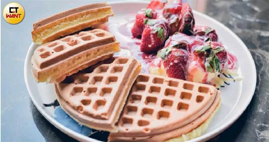 草莓冰淇淋鬆餅(230元)(圖/張祐銘)