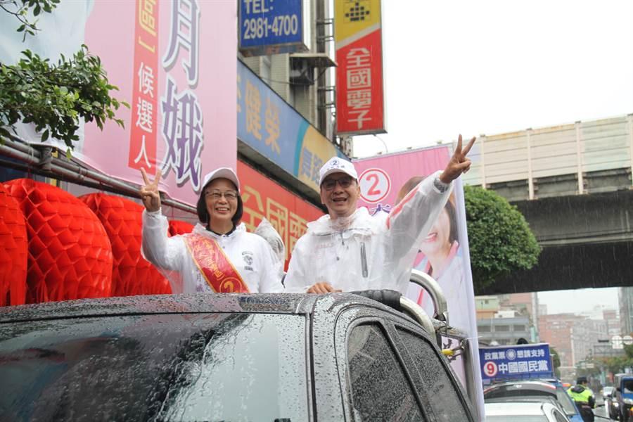 朱立倫今天上午到新北市三重區,陪第三選區立委候選人李翁月娥車隊掃街。(譚宇哲攝)
