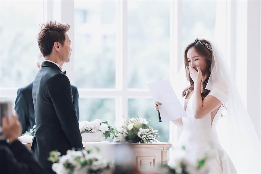 御姊愛結婚了!婚紗辣露事業線。(圖/FB@ MissAnita 御姊愛 )