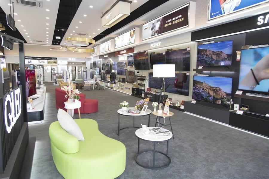 台南文賢店中,不僅引進了市場上最新潮且最夯的話題3C商品,店內的如影視專區中更設有沙發,消費者可坐著拿起搖控器體驗商品。(全國電子提供)