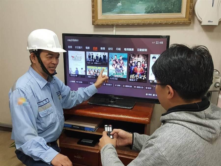 業者為民眾安裝數位電視裝置。(新北市新聞局提供/譚宇哲新北傳真)
