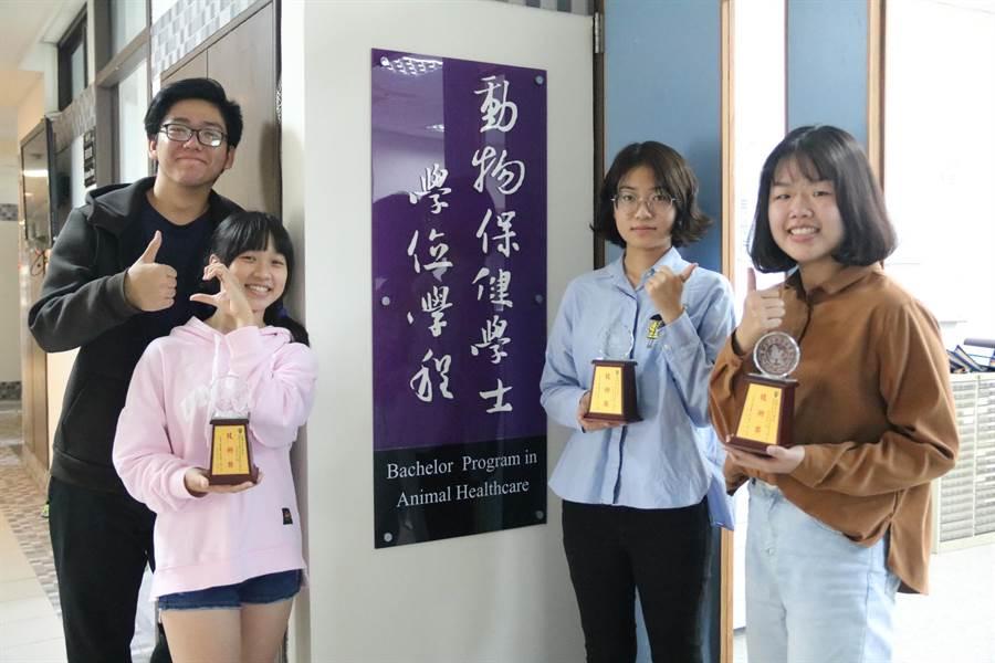 弘光科大開設動保學程,這4位學生獲寵物美容檢定技術獎。(陳淑娥攝)