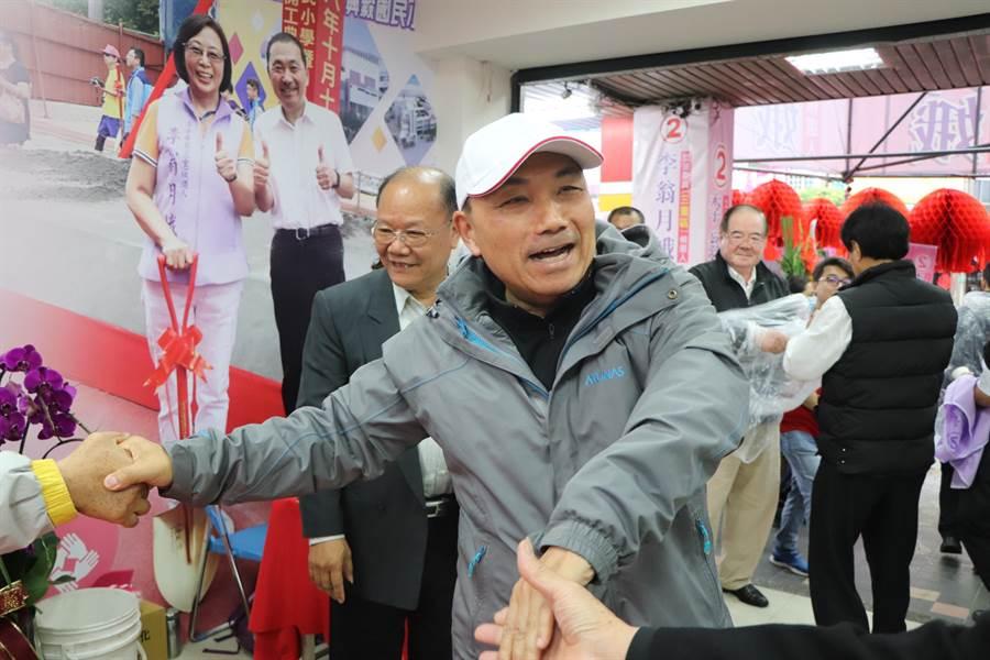 新北市長侯友宜30日再次請假為李翁月娥輔選。(吳亮賢攝)