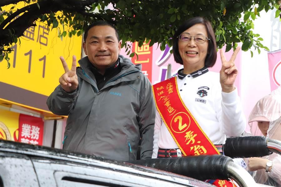 新北市長侯友宜與李翁月娥在大雨中掃街一小時。(吳亮賢攝)