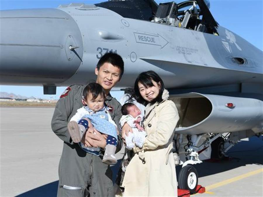 2016年1月30日,國軍F-16戰機飛行員高鼎程的追悼會在美國舉行。圖為他生前與妻子、女兒、新生兒合影於美國路克基地的戰機前。(取自亞歷桑納共和國報)