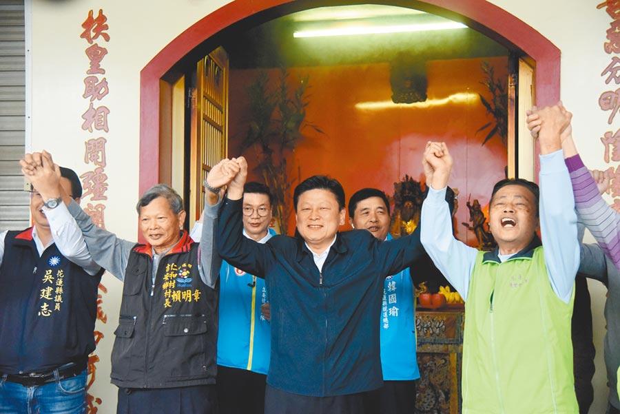 傅崐萁(中)表示,蔡政府執政下台灣竟然比不上非洲,建一條省道規格的蘇花安,竟然需要10年時間,根本就無心於花蓮,只想騙選票。(王昱凱攝)
