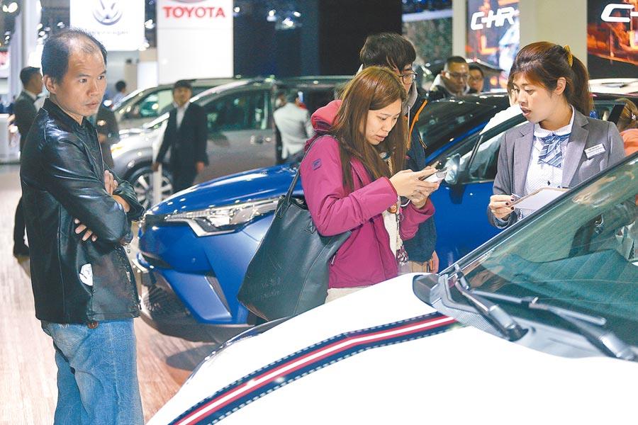 先做功課,才能用理想價錢買到心目中的好車。圖為車展銷售人員賣力為民眾解說。(本報資料照片)