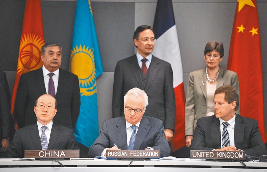 2014年,中國、美國、俄羅斯、英國、法國5個核武器國家和哈薩克斯坦等5個締約國在紐約聯合國總部舉行《中亞無核武器區條約》議定書簽署儀式。中國常駐聯合國代表劉結一(前排左1)代表中國政府簽署議定書。(新華社)