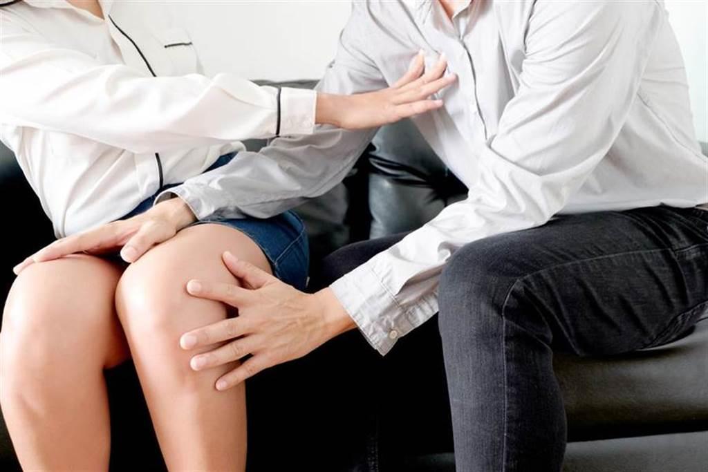 25歲女護理師穿短褲搭公車,遭色男伸手摸腿。(示意圖/達志影像)