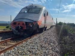 彰化驚傳火車撞堆高機 火車頭半毀堆高機慘撞爛