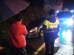 女子駕車滑落水溝 夜雨中揮手向警求救