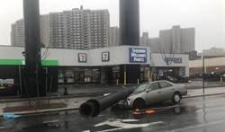 紐約大型風電機倒塌 砸毀一汽車
