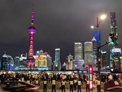 跨年夜上海外灘美不勝收 警方防踩踏如臨大敵