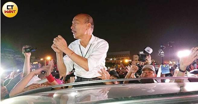 大台中造勢晚會造勢現場氣氛熱絡,韓國瑜進場時向熱情韓粉揮手致意。(圖/報系資料庫)