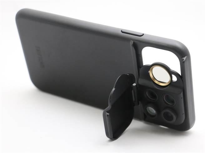 ShiftCam透明旅行攝影組iPhone 11以及ShiftCam旅行攝影組iPhone 11 Pro Max的鏡頭蓋皆可當作手機支架(以iPhone 11 Pro Max款式為例)。(黃慧雯攝)