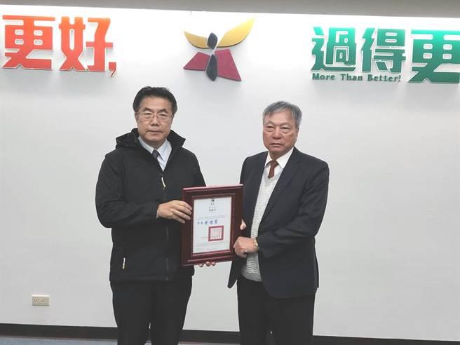 台南市長黃偉哲(左)頒發感謝狀給力大螺絲公司董事長王讚崇(右)。(洪榮志攝)