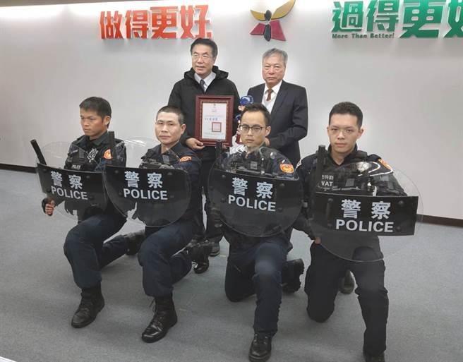 力大螺絲董事長王讚崇(後排右)捐贈透明圓盾320面給市警局,由市長黃偉哲(後排左)代表接受。(洪榮志攝)
