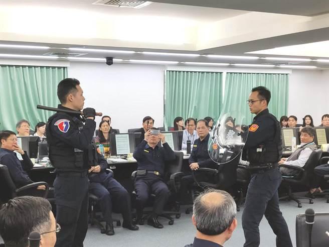 台南市特警示範遇到持棍歹徒攻擊時,手持圓盾防禦。(洪榮志攝)