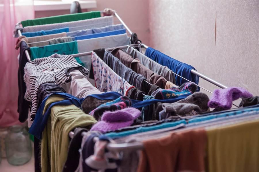 日本家事達人高橋提供有效實用的5個曬衣服技巧,解決民眾雨天衣服不易乾的困擾。(圖/Shutterstock)