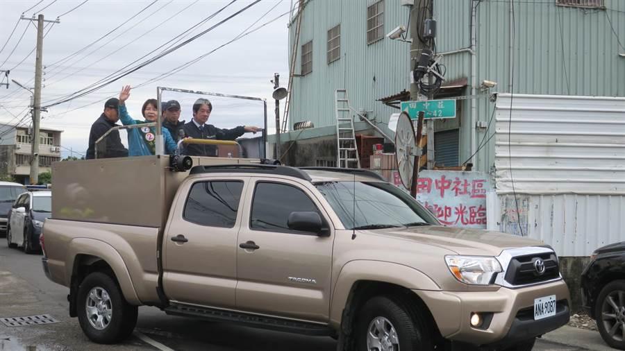 賴清德、黃秀芳掃街拜票車隊從萬興宮廟前廣場出發。(謝瓊雲攝)