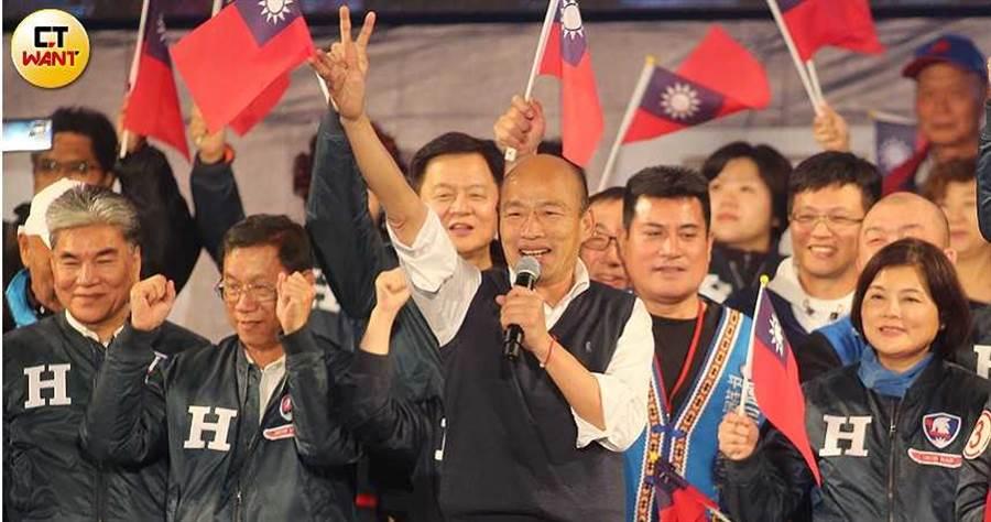 韓國瑜大台中造勢晚會當天雖下大雨,仍澆不熄三十萬支持者的熱情,他激昂喊出下架民進黨,人潮氣勢可望延續至台南。(圖/報系資料庫)