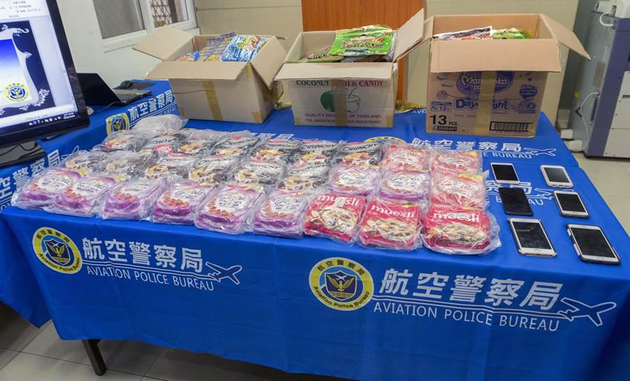 海關關員在兩人託運的紙箱中,發現箱內裝有大批穀物製成的健康食品,但食品當中卻混雜著小包裝白色粉末,用試劑檢測呈現第一級毒品海洛因的反應,毛重22.34公斤。(陳麒全攝)