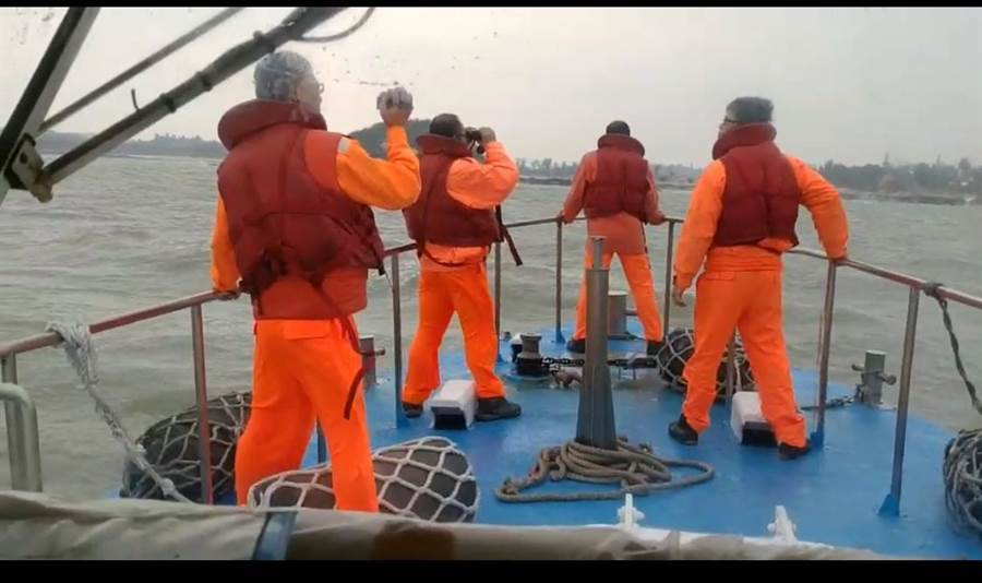大陸1艘漁船今(31)日上午在金門馬山海域翻覆,金門海巡隊與大陸廈門海上搜救中心共出動11艘船隻和1架直升機擴大搜尋,迄目前仍毫無下落。(海巡提供/李金生金門傳真)