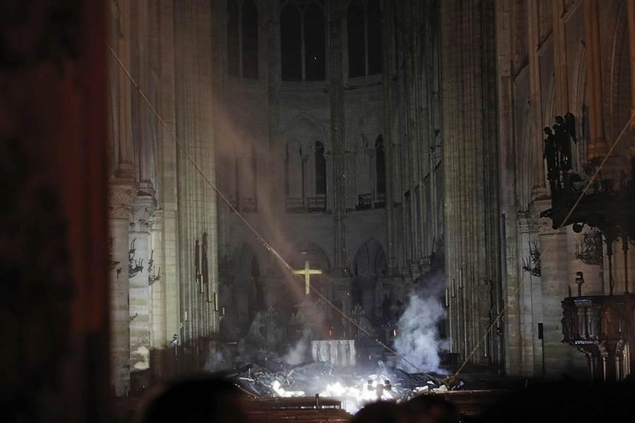 巴黎聖母院台灣時間凌晨發生大火。(圖/美聯社)