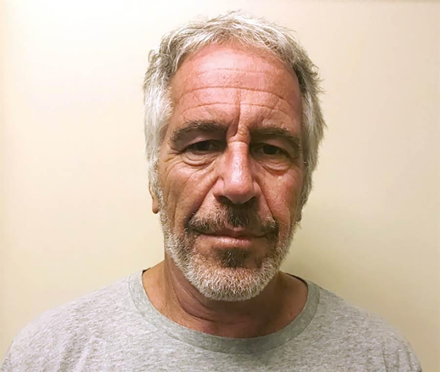 控性販運十多名未成年少女的美國億萬富豪艾普斯坦(Jeffrey Epstein)驚傳在獄中上吊身亡。(圖/美聯社)