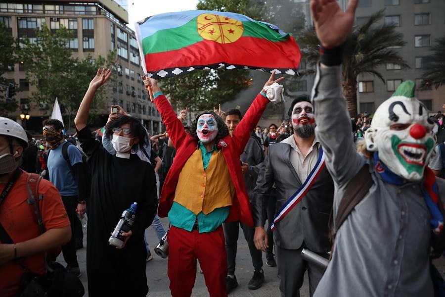 圖為智利的抗爭者扮成電影「小丑」。(圖/美聯社)