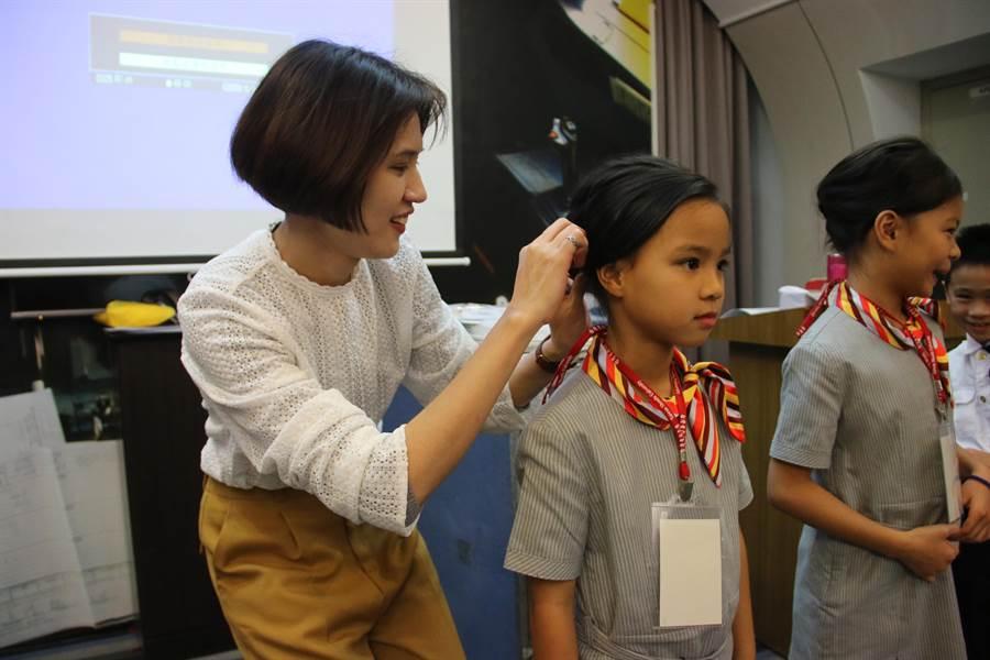 台灣首府大學推廣教育中心「小小空服員飛機夢體驗營」,讓小朋友一圓空姐及空少夢。(台首大提供/劉秀芬台南傳真)