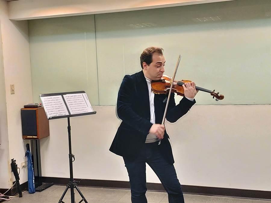 小提琴家葛薩琉斯,睽違16年再度來台,在2020年音樂會之前,先舉辦小型私人音樂會,小試身手。(李欣恬攝)