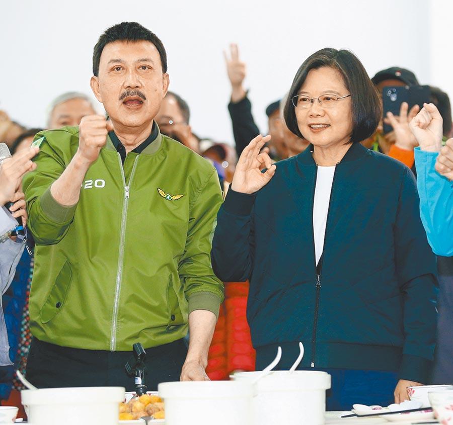 蔡英文總統(右)日前到新北市三重區出席冬至搓湯圓活動,力挺民進黨現任立委余天(左)。(陳信翰攝)
