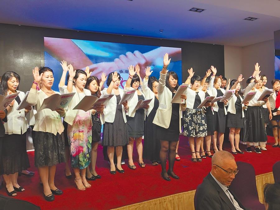 史雪燕帶領中華兩岸婚姻家庭服務聯盟會員宣誓。(本報系資料照片)