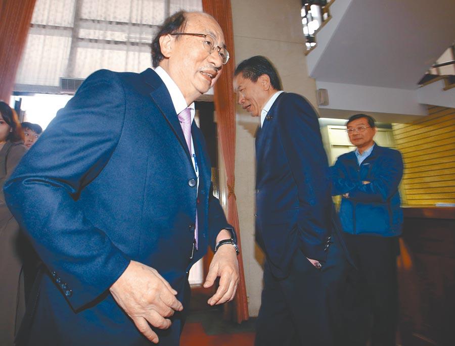 12月30日,民進黨立院黨團總召柯建銘出席(左)出席立法院《反滲透法草案》朝野協商。(本報系記者陳信翰攝)