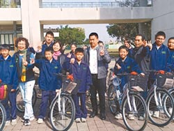地方仕紳 捐鹿草國中每人腳踏車