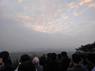 逾千民眾湧入左鎮二寮追日出  雲層厚第一道曙光殘念