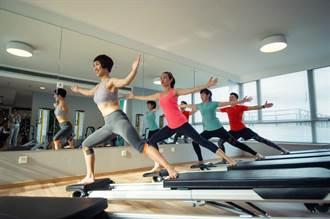 強化腹肌、拉長背部線條 練一招就夠了!