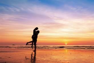 情侶愛意忍不住!沙灘激戰下場慘