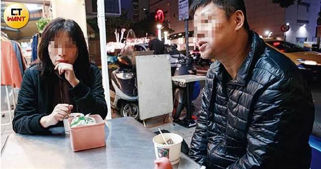 股市金主陳聰明(右)與妻子蔣寶夏(左)接受本刊細數盛年投資過程。(圖/黃耀徵攝)