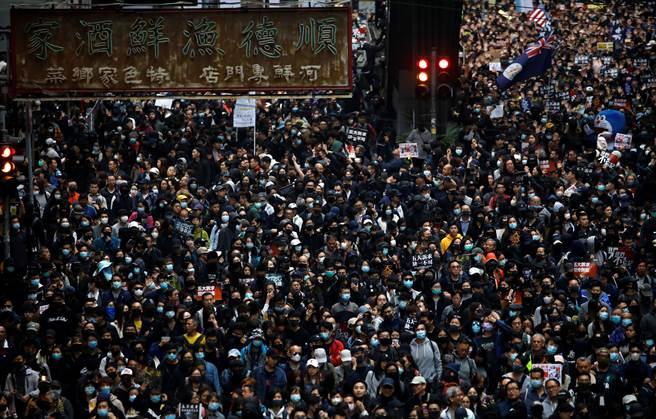 由香港民陣舉辦的2020元旦示威活動在入夜前人數暴增,主辦單位粗估人數超過6月9日的103萬。(圖/路透)